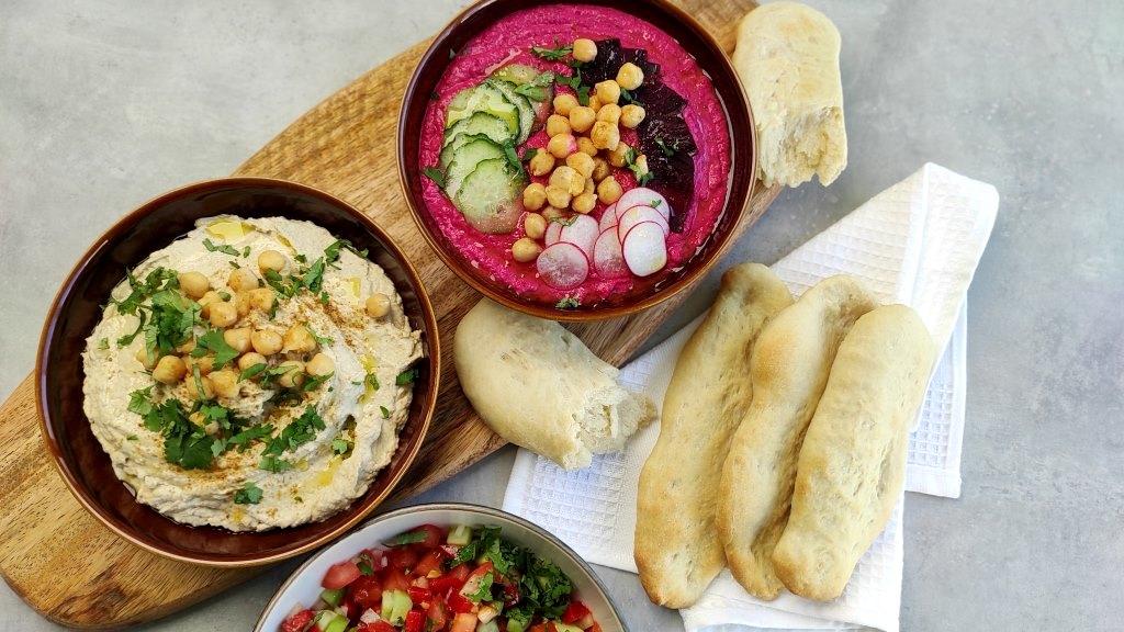 Festín de hummus y pan pita