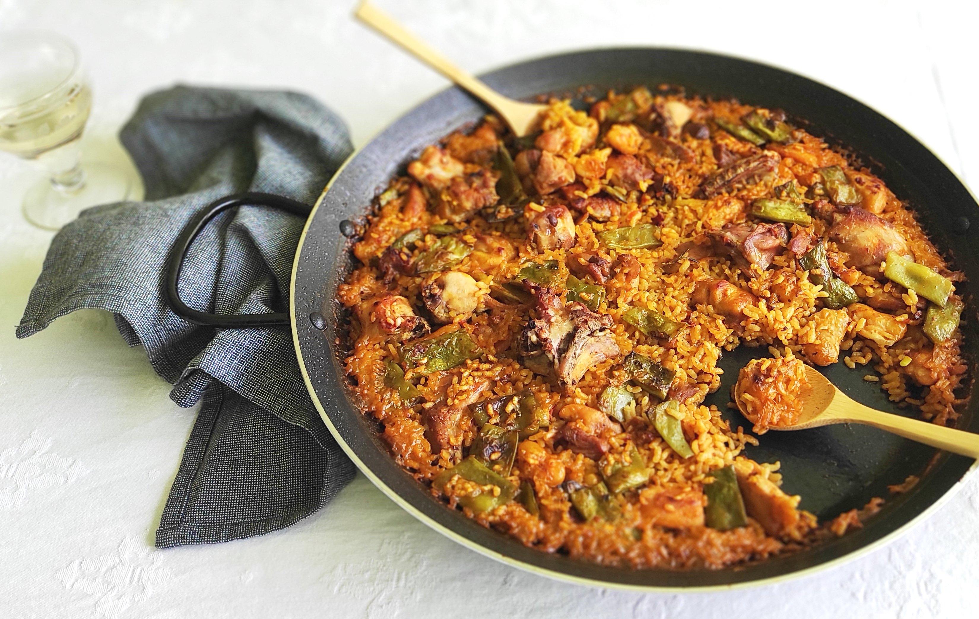 Paella valenciana acabada en el horno